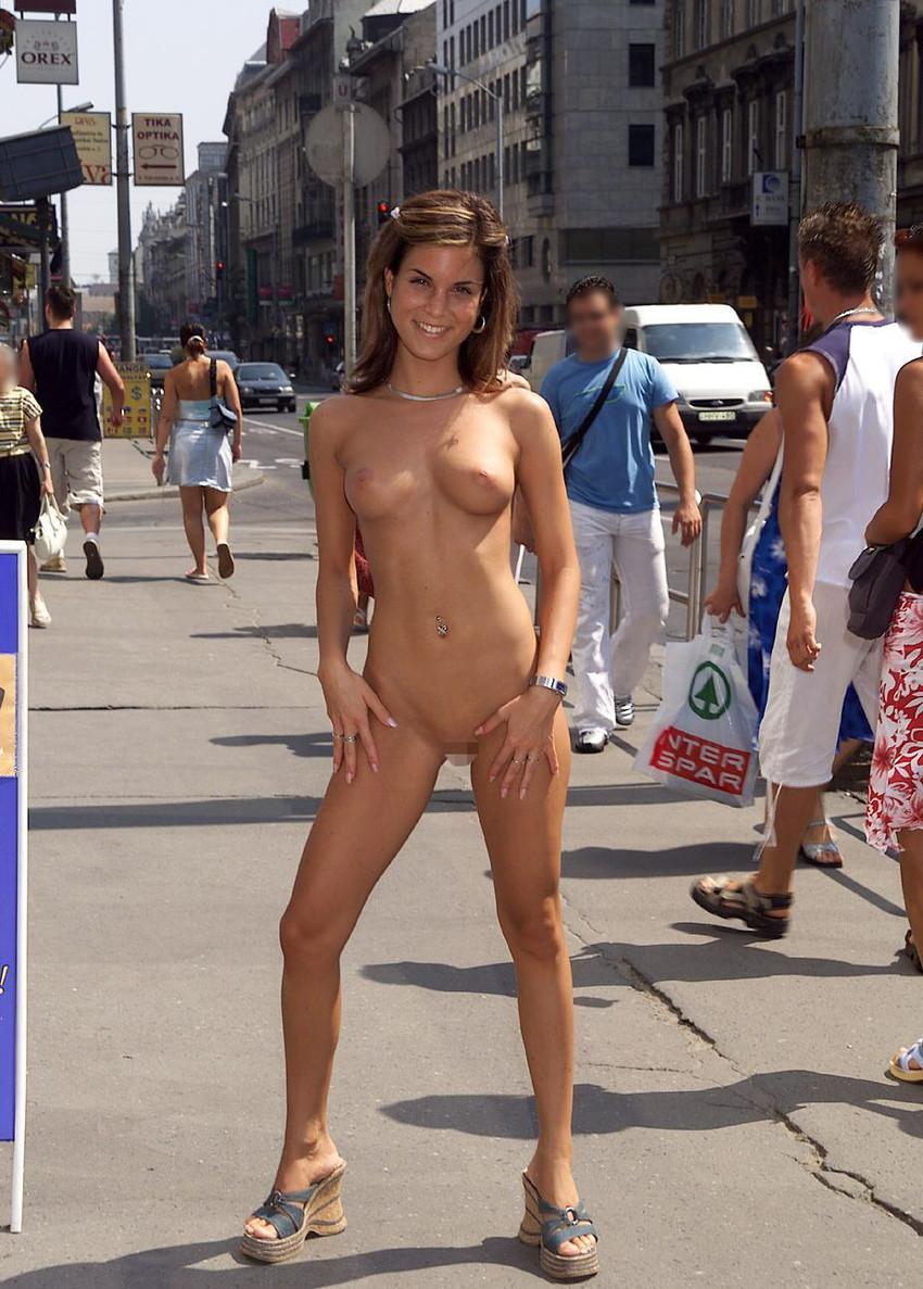 【海外野外露出エロ画像】どこか非現実的な海外の女の子たちの海外野外露出! 12