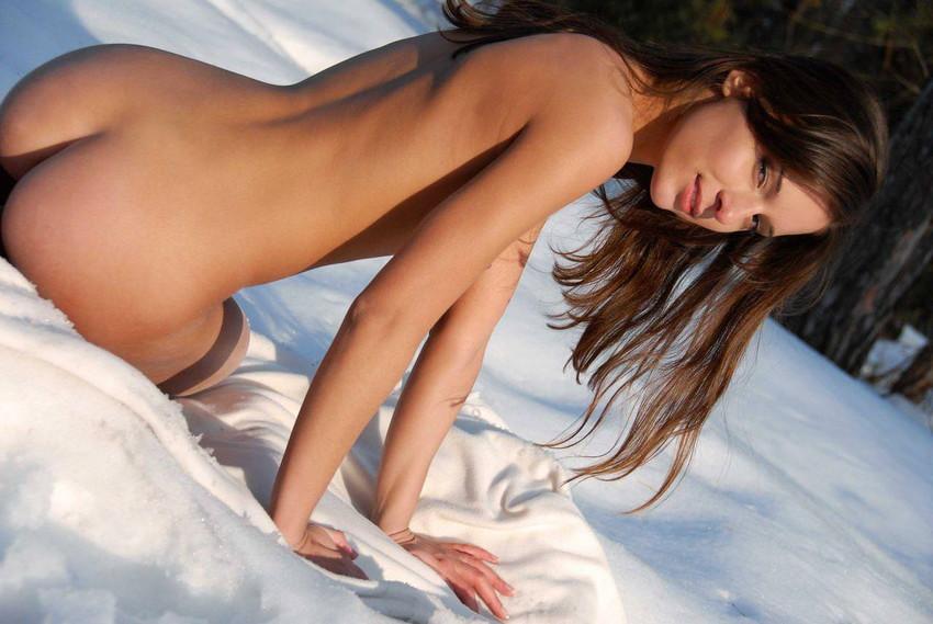 【海外野外露出エロ画像】どこか非現実的な海外の女の子たちの海外野外露出! 22