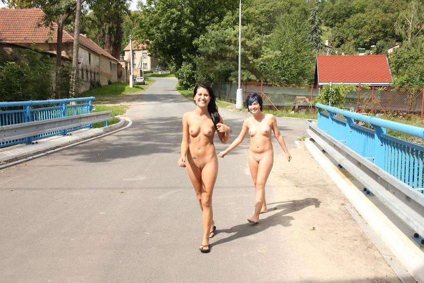 【海外野外露出エロ画像】どこか非現実的な海外の女の子たちの海外野外露出! 23