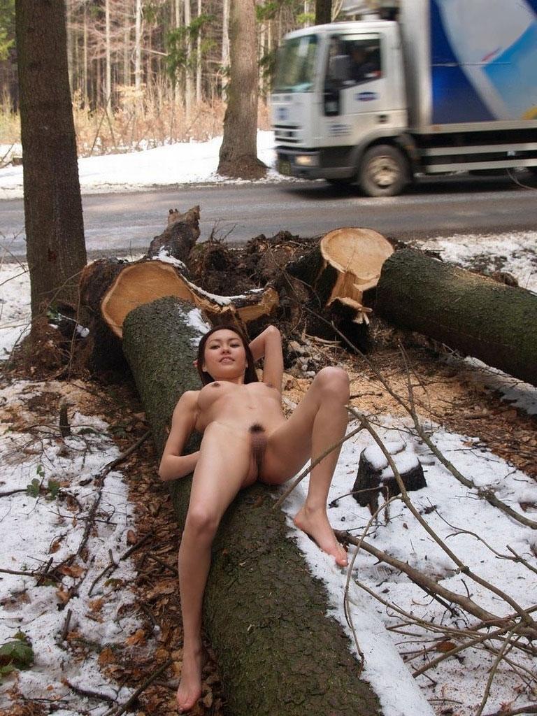 【野外露出エロ画像】素人娘たちの野外露出がどんどん過激になっているという噂! 17