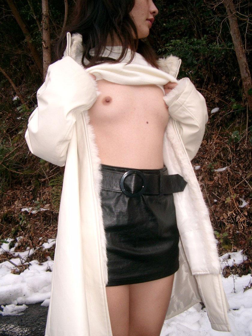 【野外露出エロ画像】素人娘たちの野外露出がどんどん過激になっているという噂! 37