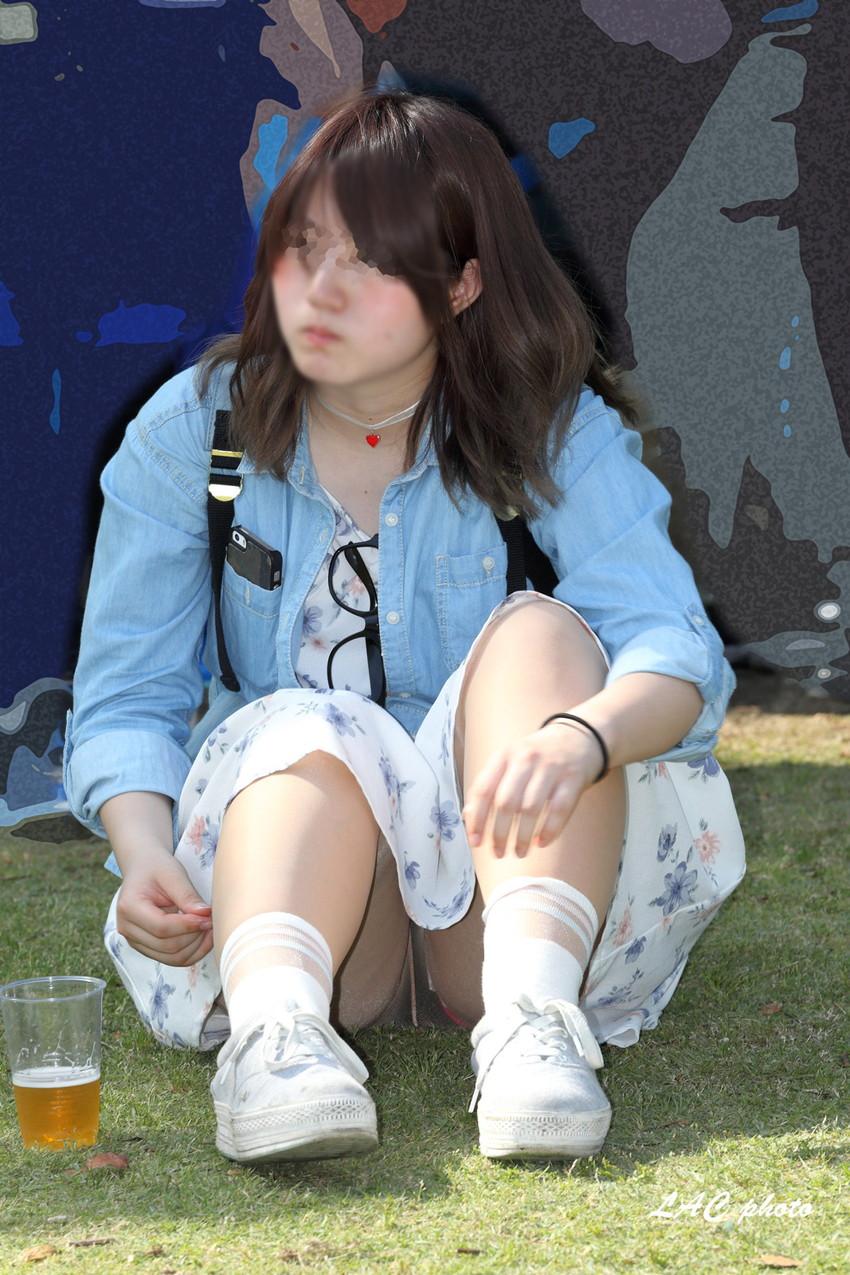 【街撮りパンチラエロ画像】街中でパンチラする素人娘たちのエロ画像がリアル杉! 13