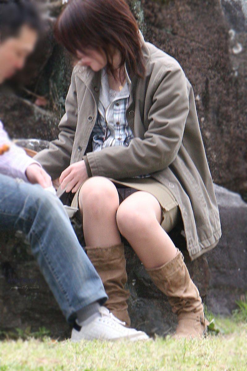 【街撮りパンチラエロ画像】街中でパンチラする素人娘たちのエロ画像がリアル杉! 14