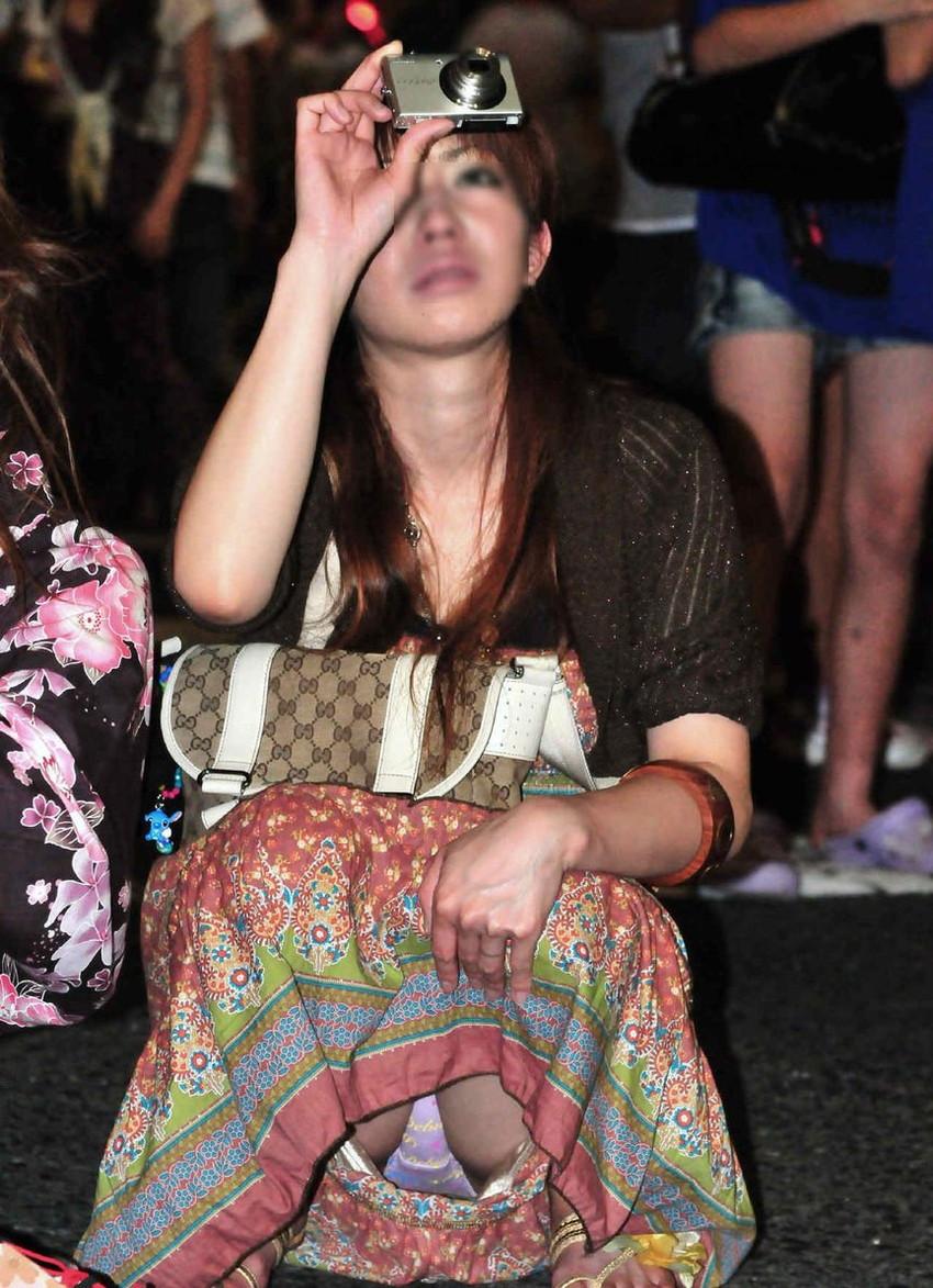 【街撮りパンチラエロ画像】街中でパンチラする素人娘たちのエロ画像がリアル杉! 18