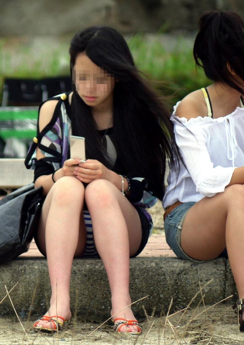 【街撮りパンチラエロ画像】街中でパンチラする素人娘たちのエロ画像がリアル杉! 20