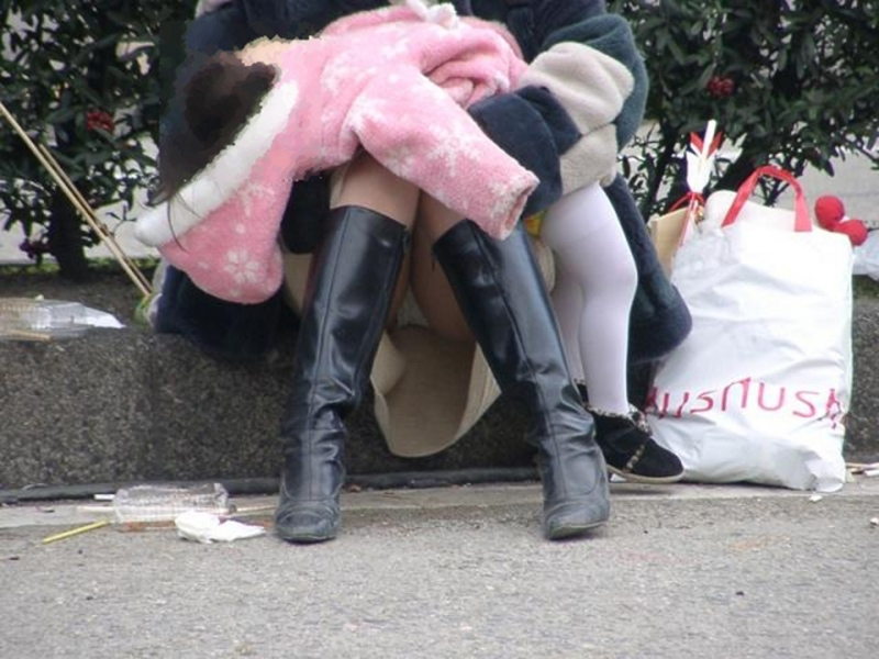 【街撮りパンチラエロ画像】街中でパンチラする素人娘たちのエロ画像がリアル杉! 26