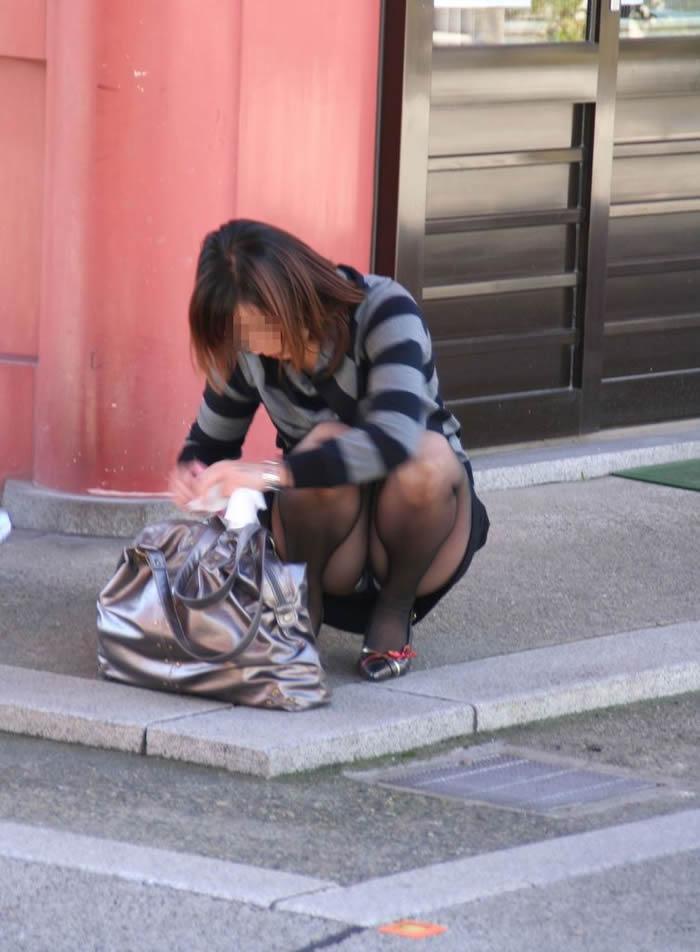 【街撮りパンチラエロ画像】街中でパンチラする素人娘たちのエロ画像がリアル杉! 27