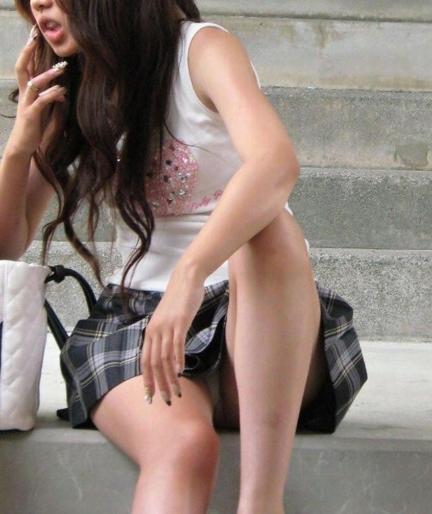 【街撮りパンチラエロ画像】街中でパンチラする素人娘たちのエロ画像がリアル杉! 28