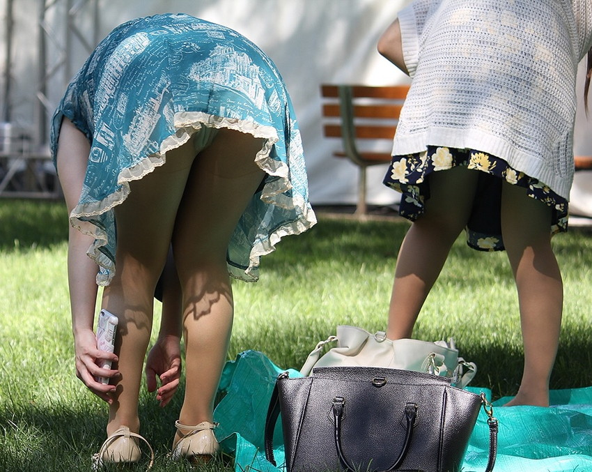 【街撮りパンチラエロ画像】街中でパンチラする素人娘たちのエロ画像がリアル杉! 32