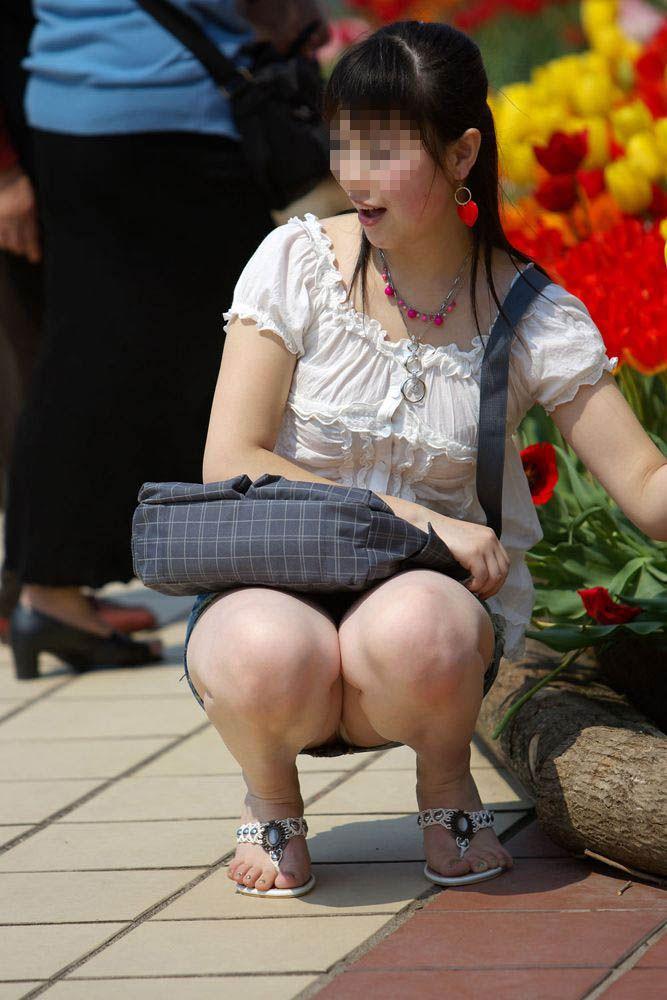 【街撮りパンチラエロ画像】街中でパンチラする素人娘たちのエロ画像がリアル杉! 33