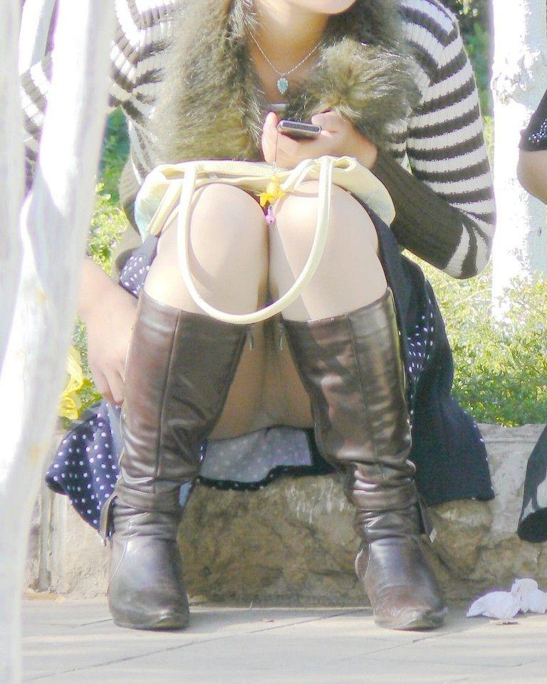 【街撮りパンチラエロ画像】街中でパンチラする素人娘たちのエロ画像がリアル杉! 34