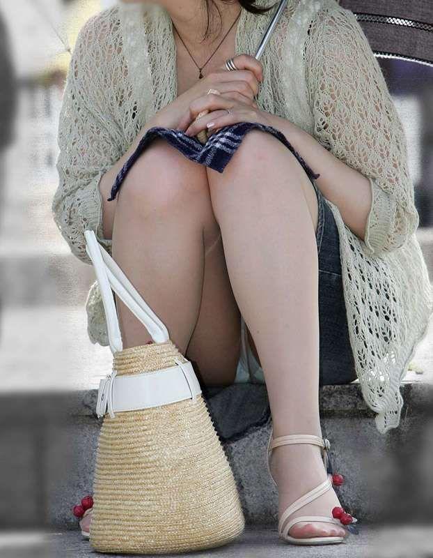 【街撮りパンチラエロ画像】街中でパンチラする素人娘たちのエロ画像がリアル杉! 35