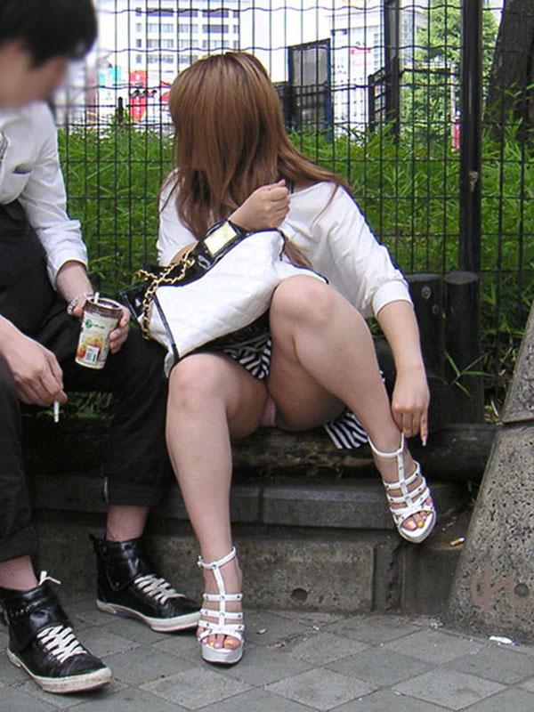 【街撮りパンチラエロ画像】街中でパンチラする素人娘たちのエロ画像がリアル杉! 40