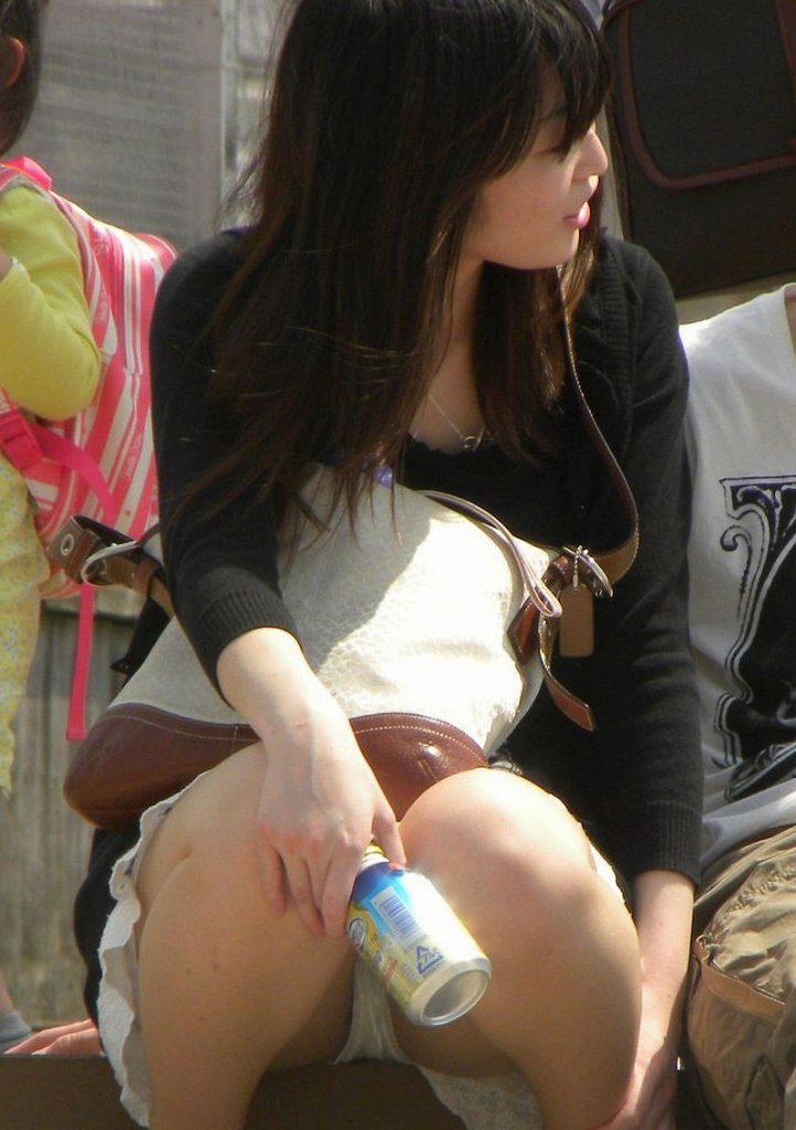 【街撮りパンチラエロ画像】街中でパンチラする素人娘たちのエロ画像がリアル杉! 41