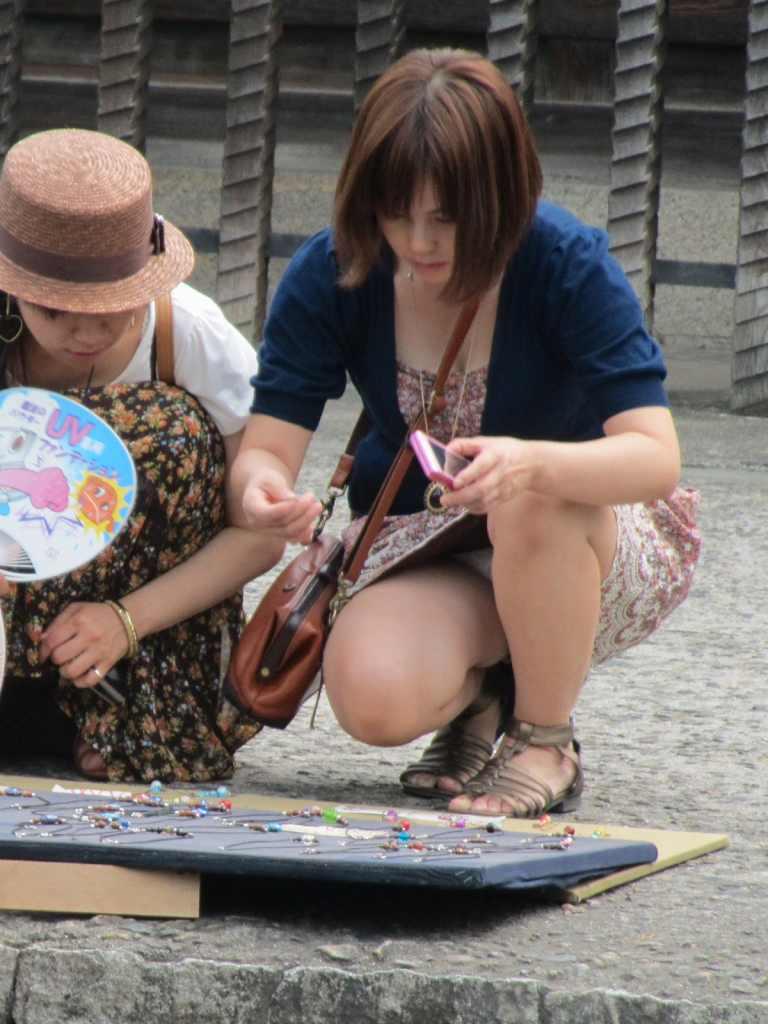【街撮りパンチラエロ画像】街中でパンチラする素人娘たちのエロ画像がリアル杉! 50