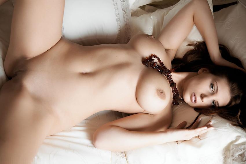 【海外女性エロ画像】海外美女たちの真っ白な肌にドキドキのエロ画像 27