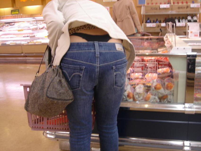 【ローライズエロ画像】見られること前提!?ローライズの女の子のパンツがハデすぎるw 22
