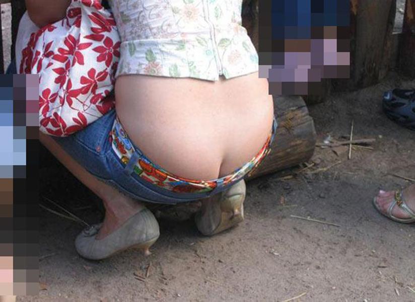 【ローライズエロ画像】見られること前提!?ローライズの女の子のパンツがハデすぎるw 24