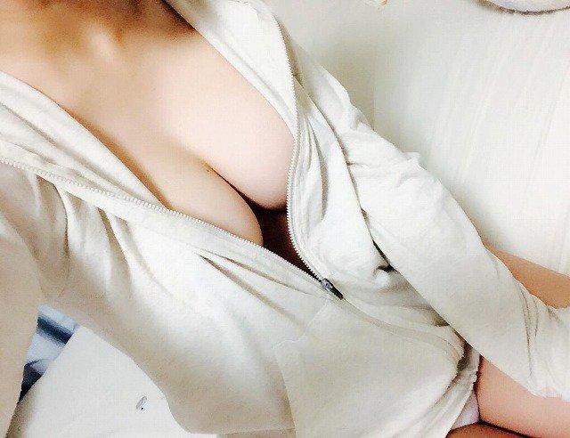 【パジャマエロ画像】むっちり色白な美乳の谷間が見えてるパジャマの美少女とのHの嬉し恥ずかし感は異常ww 24