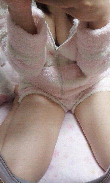 【パジャマエロ画像】むっちり色白な美乳の谷間が見えてるパジャマの美少女とのHの嬉し恥ずかし感は異常ww 51