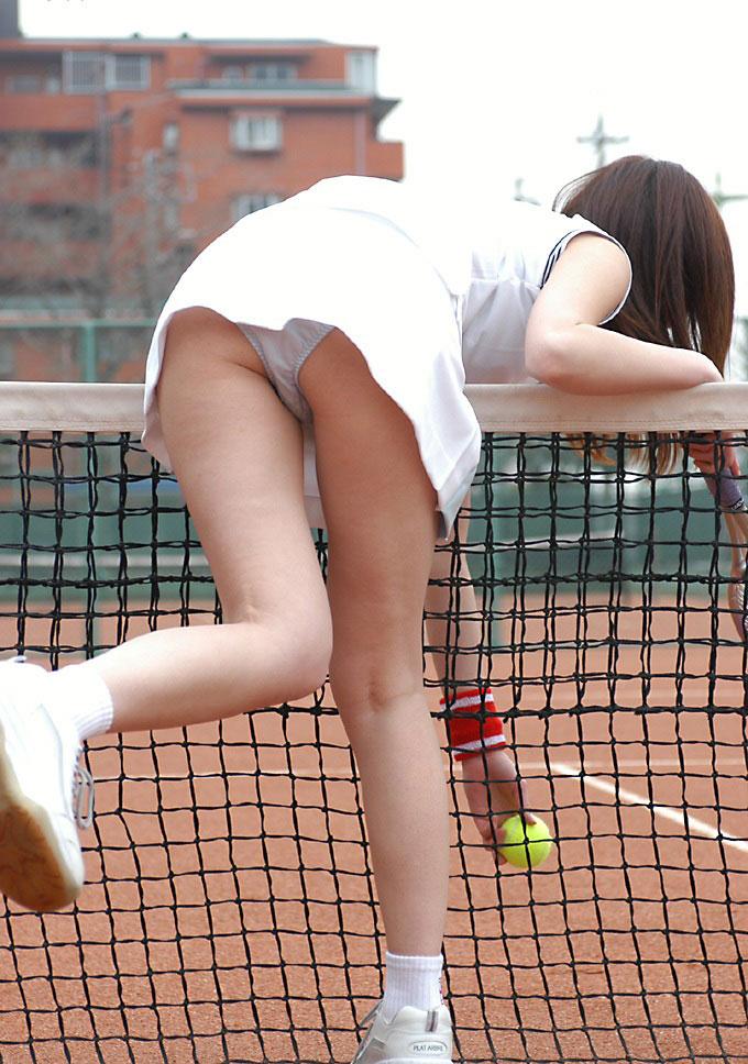 【テニスウェアエロ画像】テニスウェア着たお嬢様系美少女が汗ばんだエッロいおっぱい露出してラケットでオナニーww 03