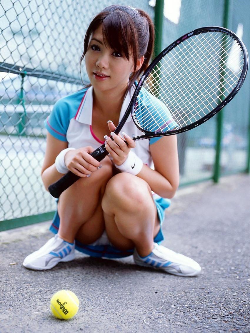 【テニスウェアエロ画像】テニスウェア着たお嬢様系美少女が汗ばんだエッロいおっぱい露出してラケットでオナニーww 14