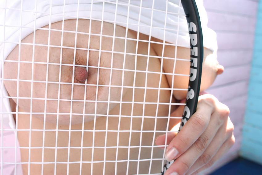【テニスウェアエロ画像】テニスウェア着たお嬢様系美少女が汗ばんだエッロいおっぱい露出してラケットでオナニーww 15