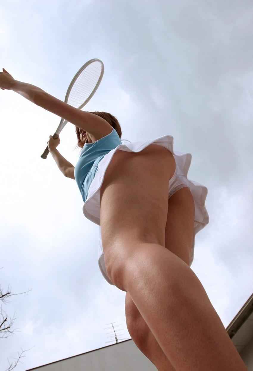 【テニスウェアエロ画像】テニスウェア着たお嬢様系美少女が汗ばんだエッロいおっぱい露出してラケットでオナニーww 40