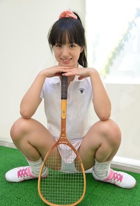【テニスウェアエロ画像】テニスウェア着たお嬢様系美少女が汗ばんだエッロいおっぱい露出してラケットでオナニーww 53