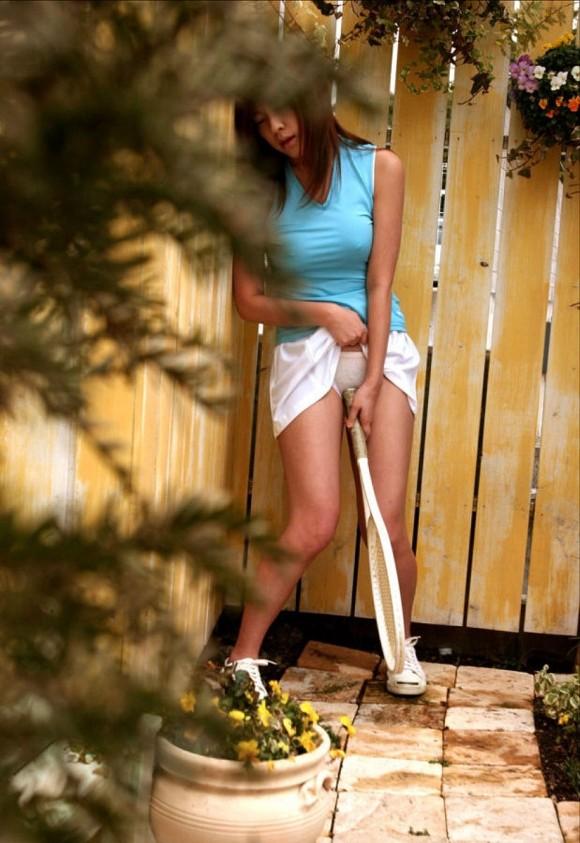【テニスウェアエロ画像】テニスウェア着たお嬢様系美少女が汗ばんだエッロいおっぱい露出してラケットでオナニーww 60