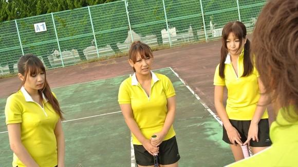【テニスウェアエロ画像】テニスウェア着たお嬢様系美少女が汗ばんだエッロいおっぱい露出してラケットでオナニーww 64