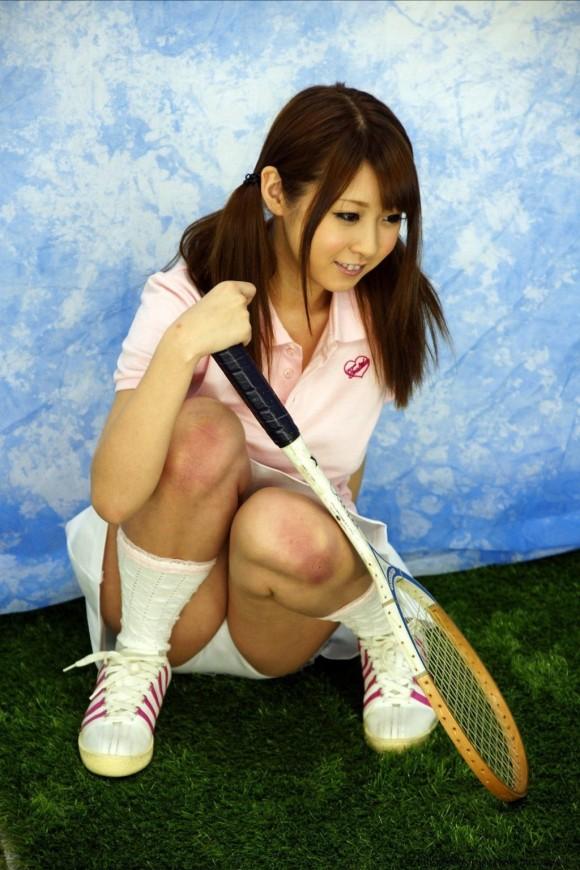 【テニスウェアエロ画像】テニスウェア着たお嬢様系美少女が汗ばんだエッロいおっぱい露出してラケットでオナニーww 70