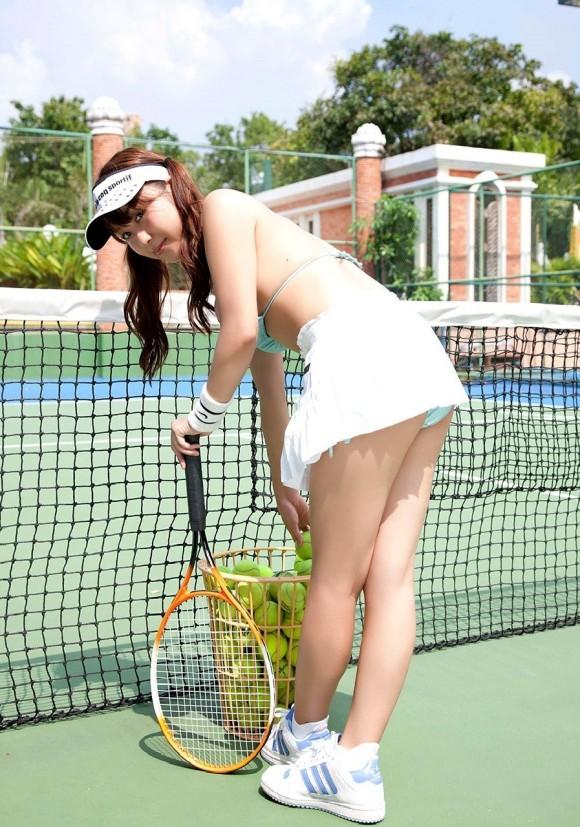 【テニスウェアエロ画像】テニスウェア着たお嬢様系美少女が汗ばんだエッロいおっぱい露出してラケットでオナニーww 78