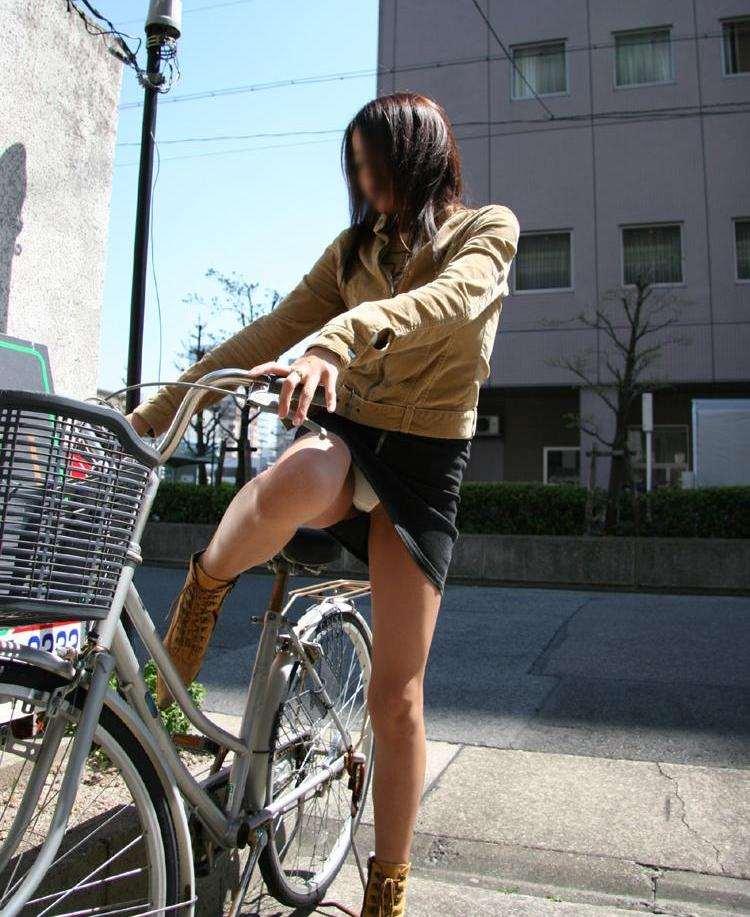 【自転車パンチラエロ画像】街中を颯爽とパンチラしながら走る素人JKやミニスカギャルやリクルートスーツJDの自転車パンチラ画像集w 02