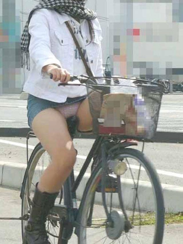 【自転車パンチラエロ画像】街中を颯爽とパンチラしながら走る素人JKやミニスカギャルやリクルートスーツJDの自転車パンチラ画像集w 03