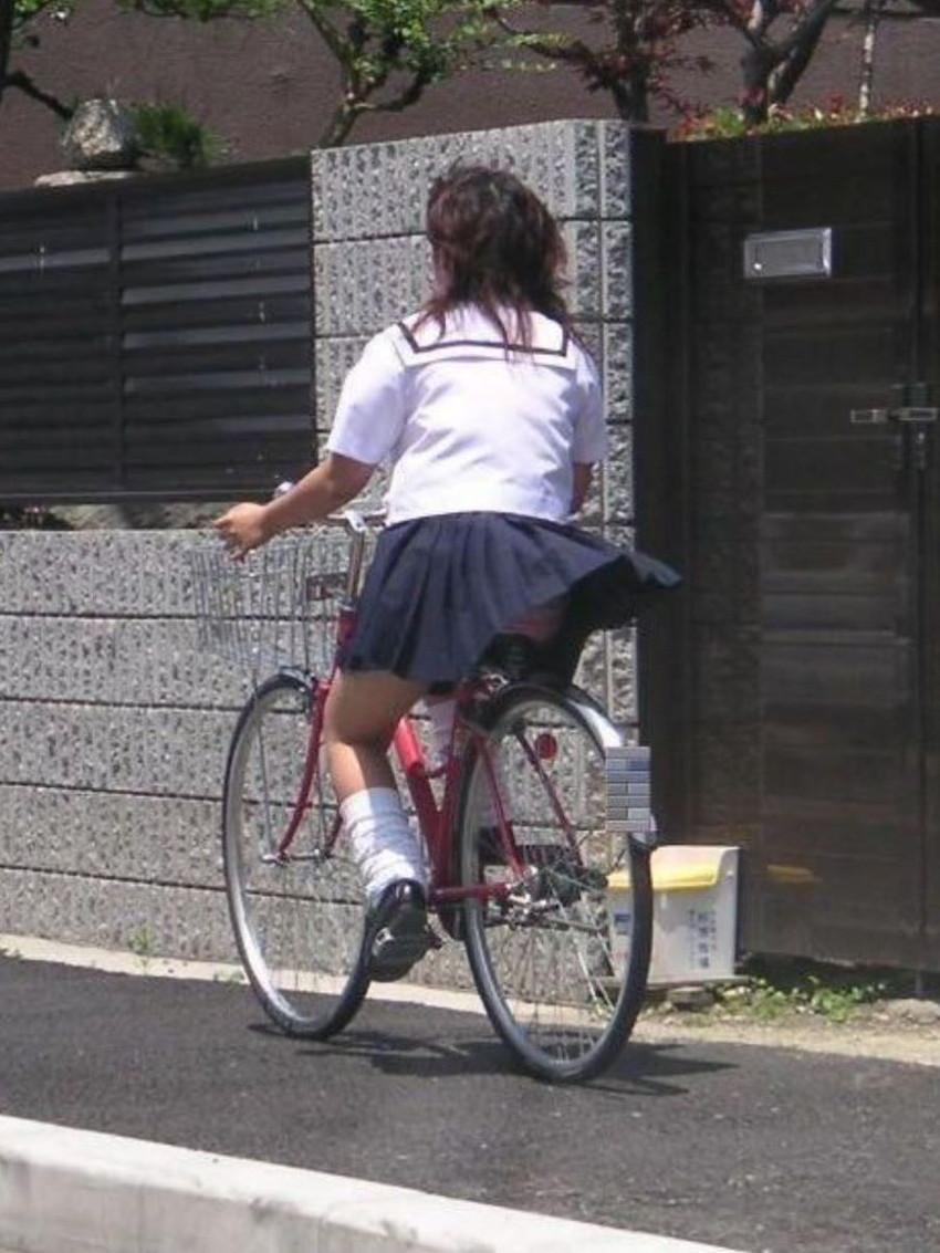 【自転車パンチラエロ画像】街中を颯爽とパンチラしながら走る素人JKやミニスカギャルやリクルートスーツJDの自転車パンチラ画像集w 05