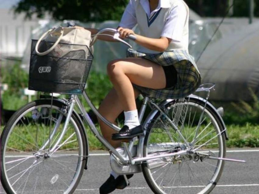 【自転車パンチラエロ画像】街中を颯爽とパンチラしながら走る素人JKやミニスカギャルやリクルートスーツJDの自転車パンチラ画像集w 07
