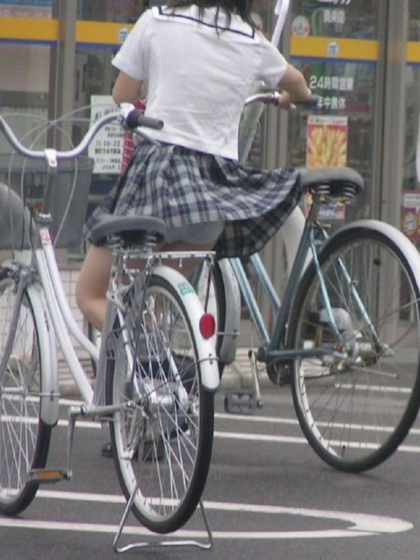 【自転車パンチラエロ画像】街中を颯爽とパンチラしながら走る素人JKやミニスカギャルやリクルートスーツJDの自転車パンチラ画像集w 11