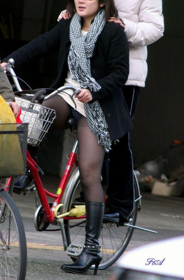 【自転車パンチラエロ画像】街中を颯爽とパンチラしながら走る素人JKやミニスカギャルやリクルートスーツJDの自転車パンチラ画像集w 14