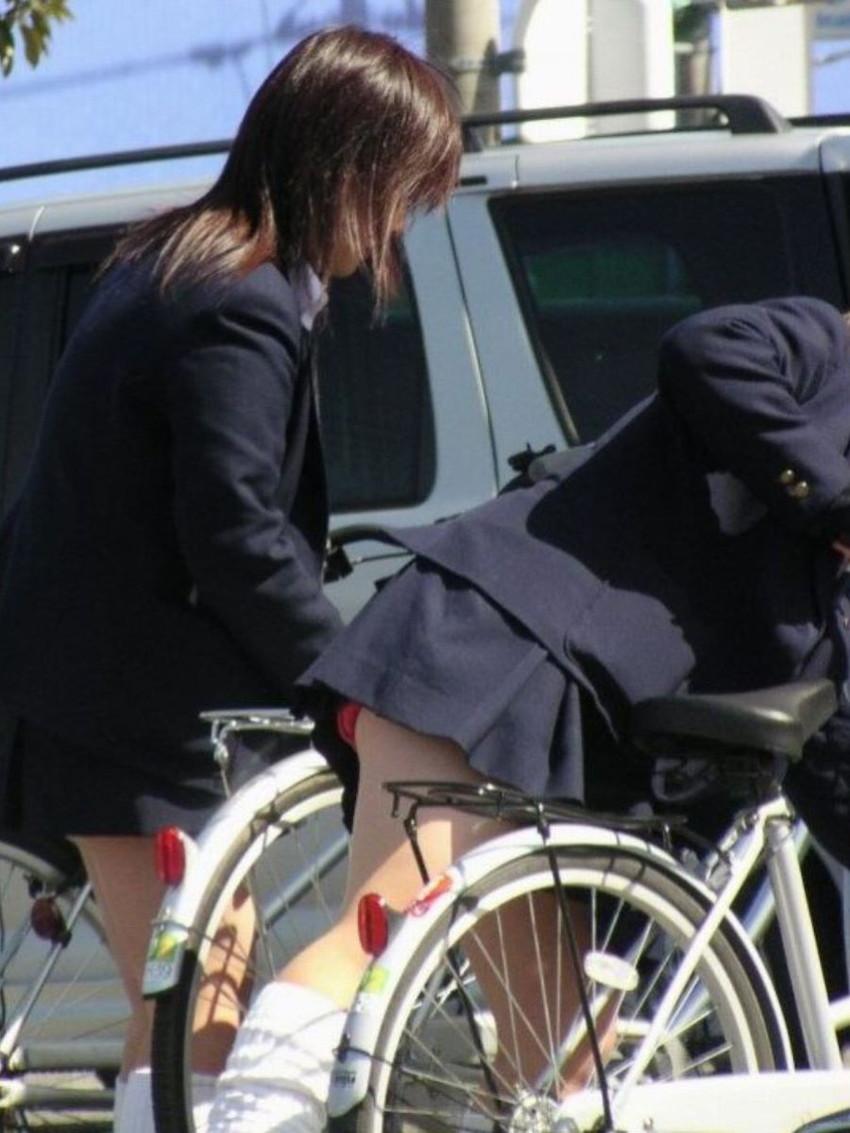 【自転車パンチラエロ画像】街中を颯爽とパンチラしながら走る素人JKやミニスカギャルやリクルートスーツJDの自転車パンチラ画像集w 18