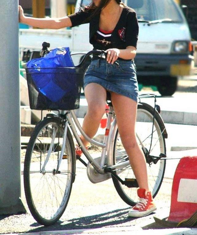 【自転車パンチラエロ画像】街中を颯爽とパンチラしながら走る素人JKやミニスカギャルやリクルートスーツJDの自転車パンチラ画像集w 19