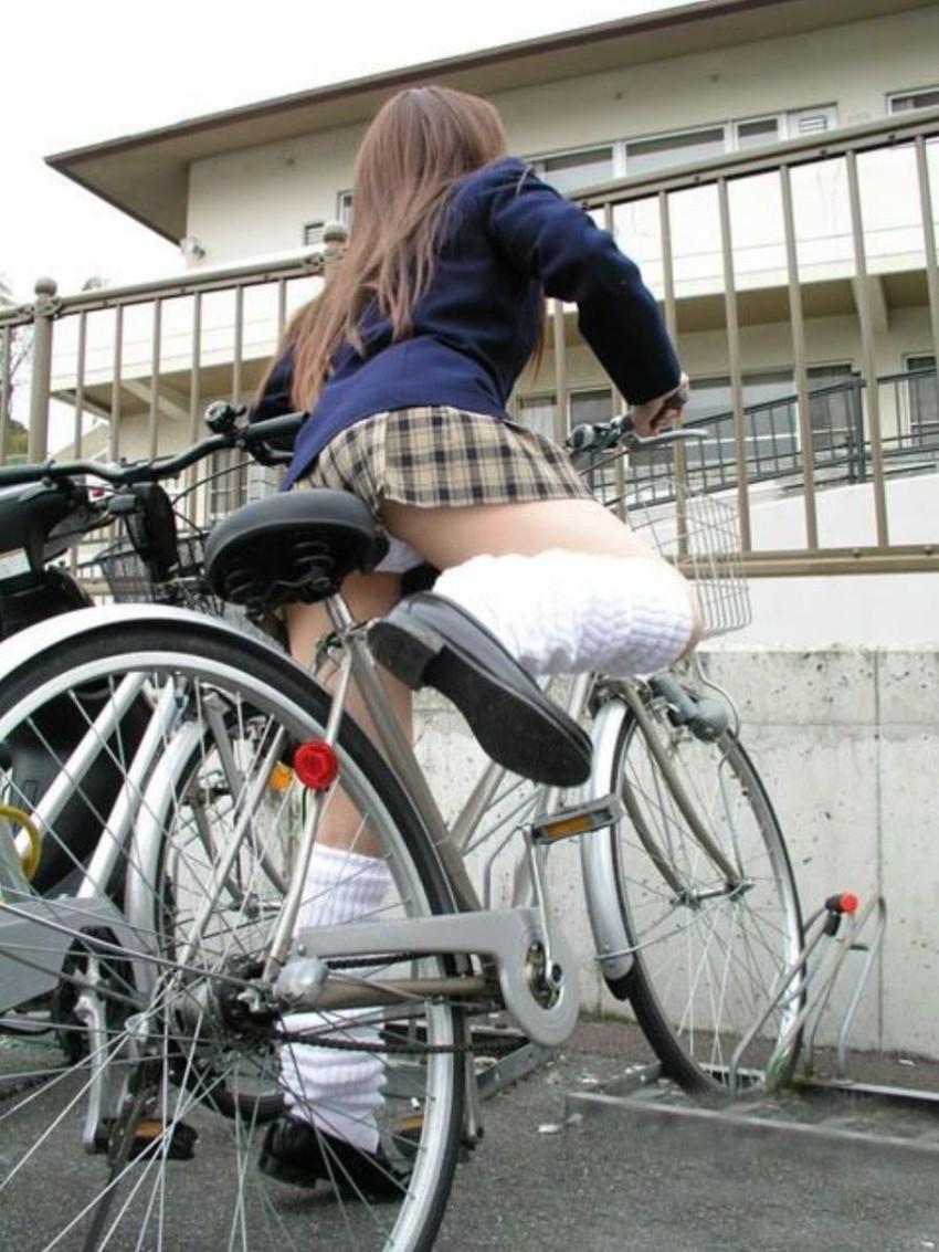 【自転車パンチラエロ画像】街中を颯爽とパンチラしながら走る素人JKやミニスカギャルやリクルートスーツJDの自転車パンチラ画像集w 21