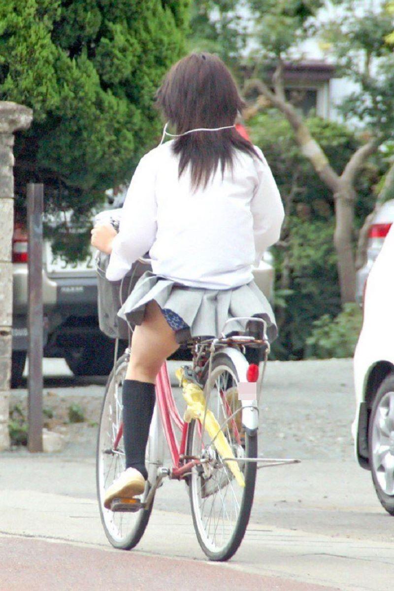 【自転車パンチラエロ画像】街中を颯爽とパンチラしながら走る素人JKやミニスカギャルやリクルートスーツJDの自転車パンチラ画像集w 22
