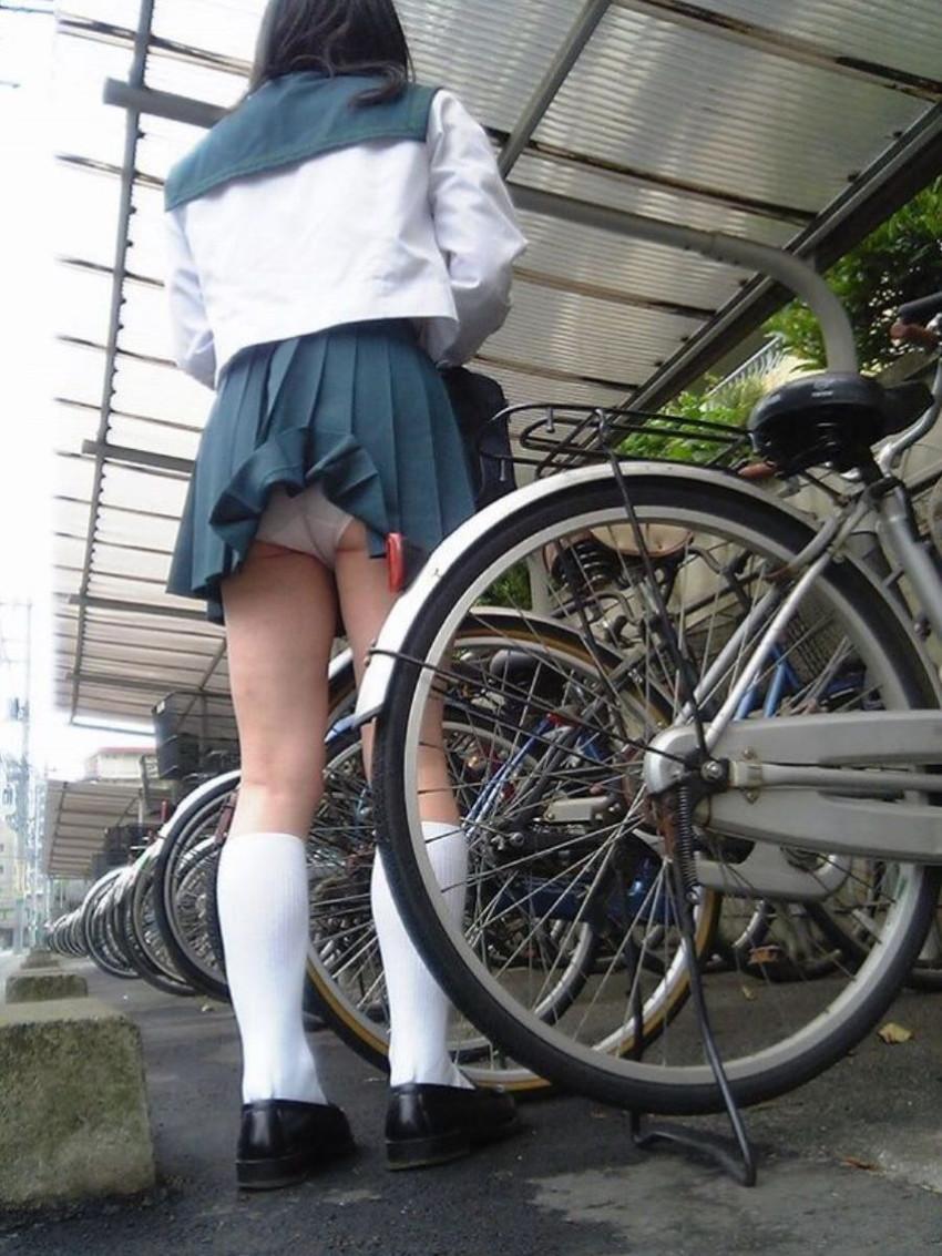 【自転車パンチラエロ画像】街中を颯爽とパンチラしながら走る素人JKやミニスカギャルやリクルートスーツJDの自転車パンチラ画像集w 23