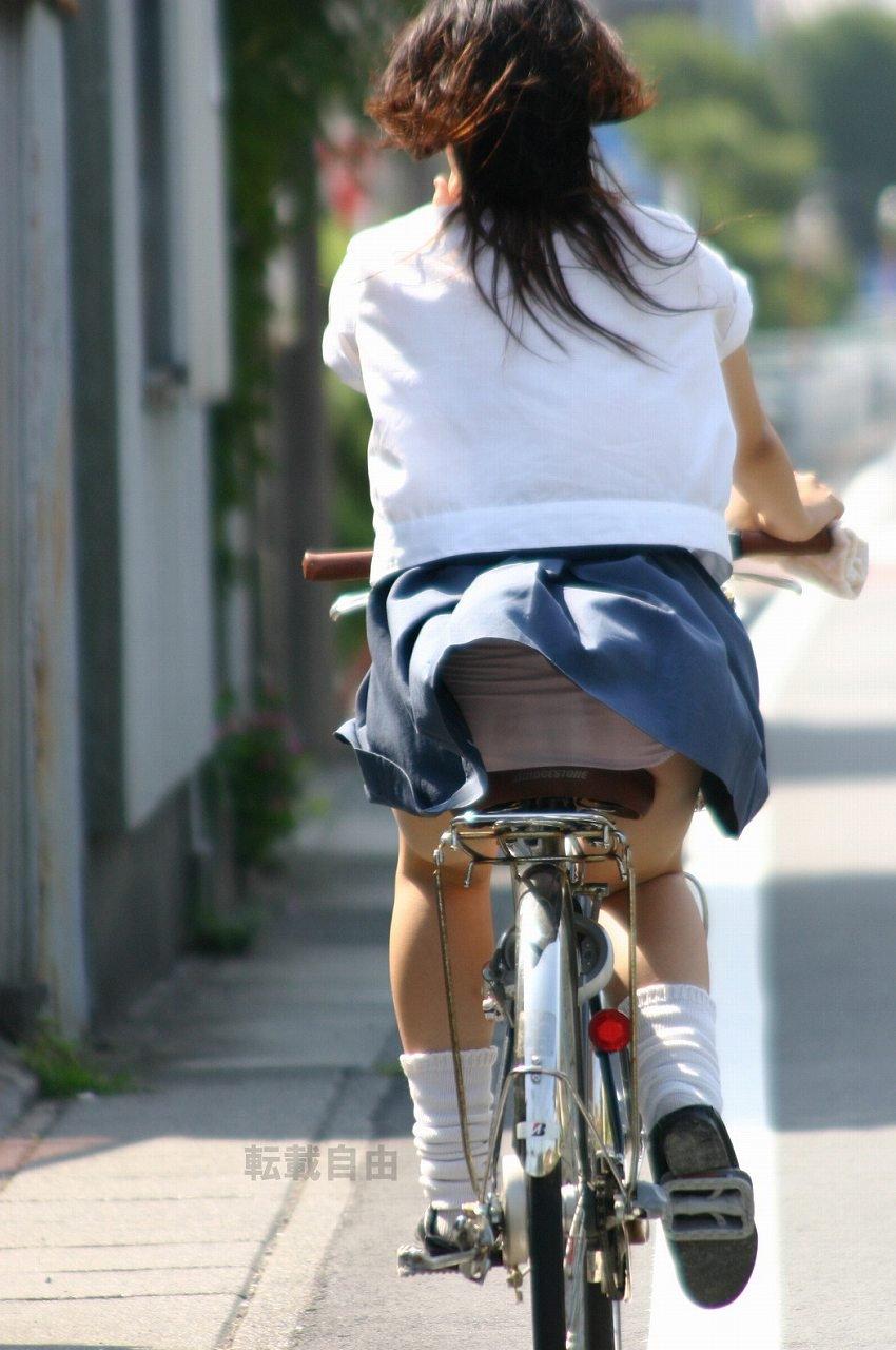【自転車パンチラエロ画像】街中を颯爽とパンチラしながら走る素人JKやミニスカギャルやリクルートスーツJDの自転車パンチラ画像集w 24