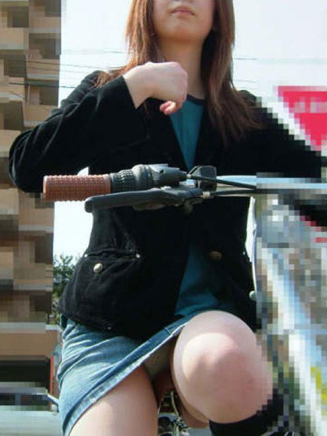 【自転車パンチラエロ画像】街中を颯爽とパンチラしながら走る素人JKやミニスカギャルやリクルートスーツJDの自転車パンチラ画像集w 25