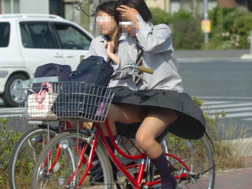 【自転車パンチラエロ画像】街中を颯爽とパンチラしながら走る素人JKやミニスカギャルやリクルートスーツJDの自転車パンチラ画像集w 28