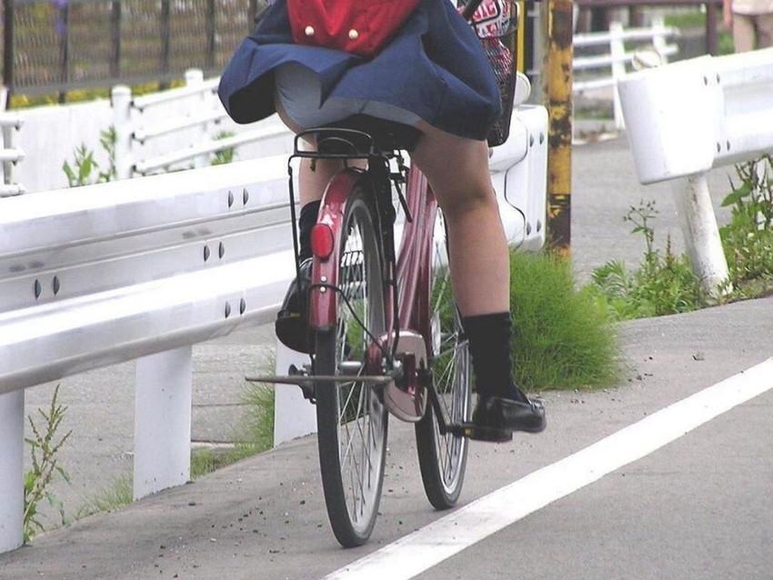 【自転車パンチラエロ画像】街中を颯爽とパンチラしながら走る素人JKやミニスカギャルやリクルートスーツJDの自転車パンチラ画像集w 34
