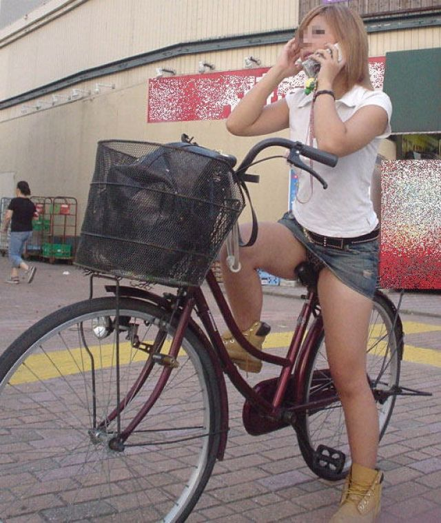【自転車パンチラエロ画像】街中を颯爽とパンチラしながら走る素人JKやミニスカギャルやリクルートスーツJDの自転車パンチラ画像集w 36