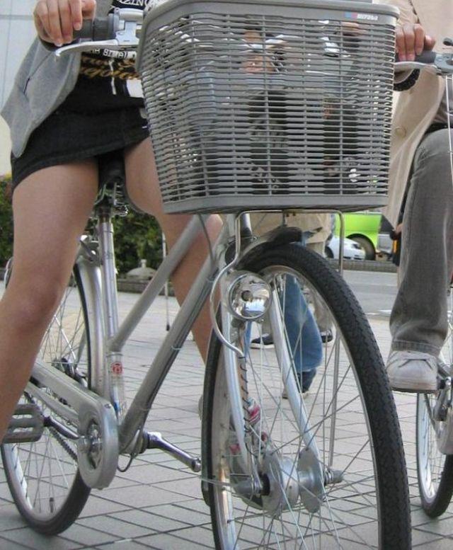【自転車パンチラエロ画像】街中を颯爽とパンチラしながら走る素人JKやミニスカギャルやリクルートスーツJDの自転車パンチラ画像集w 37
